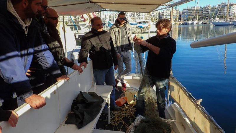 Εναλεία: Ψαρεύει στο Σαρωνικό δίχτυα για να γίνουν… κάλτσες στην Ολλανδία